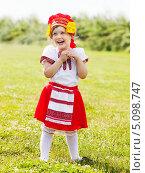 Купить «Ребенок в традиционной народной одежде», фото № 5098747, снято 15 июня 2013 г. (c) Яков Филимонов / Фотобанк Лори