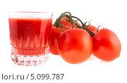 Купить «Стакан томатного сока и томаты на белом фоне», фото № 5099787, снято 19 августа 2013 г. (c) Литвяк Игорь / Фотобанк Лори