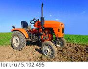 Купить «Колесный трактор в поле», фото № 5102495, снято 20 сентября 2013 г. (c) Швадчак Василий / Фотобанк Лори