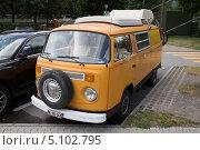 Купить «Микроавтобус Volkswagen Transporter T2 Camper», фото № 5102795, снято 7 августа 2013 г. (c) Михаил Рыбачек / Фотобанк Лори