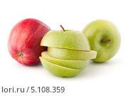 Красное и зеленое яблоки на белом фоне. Стоковое фото, фотограф Natalja Stotika / Фотобанк Лори