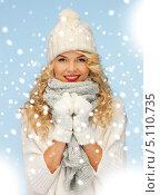Купить «Счастливая молодая женщина в шапке и шарфе под снегом», фото № 5110735, снято 7 октября 2012 г. (c) Syda Productions / Фотобанк Лори