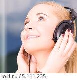 Купить «Девушка в наушниках слушает музыку и улыбается», фото № 5111235, снято 6 июня 2009 г. (c) Syda Productions / Фотобанк Лори