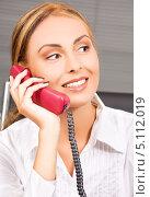 Купить «Молодая женщина разговаривает по телефону и улыбается», фото № 5112019, снято 25 июля 2009 г. (c) Syda Productions / Фотобанк Лори