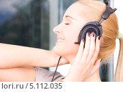 Купить «Девушка в наушниках слушает музыку и улыбается», фото № 5112035, снято 6 июня 2009 г. (c) Syda Productions / Фотобанк Лори