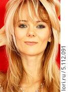 Купить «Энергичная блондинка на красном фоне», фото № 5112091, снято 7 октября 2006 г. (c) Syda Productions / Фотобанк Лори