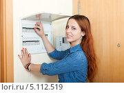 Купить «Женщина около счётчика электричества», фото № 5112519, снято 20 июня 2013 г. (c) Яков Филимонов / Фотобанк Лори