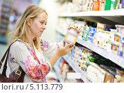 Купить «Женщина в магазине у прилавка с молочной продукции», фото № 5113779, снято 8 июля 2013 г. (c) Дмитрий Калиновский / Фотобанк Лори