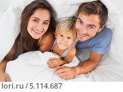 Купить «Мама, папа и сын под одеялом смотрят вверх в камеру», фото № 5114687, снято 12 октября 2012 г. (c) Wavebreak Media / Фотобанк Лори