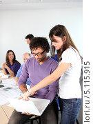 Купить «Девушка объясняет что-то коллеге по офису», фото № 5115915, снято 20 января 2010 г. (c) Phovoir Images / Фотобанк Лори