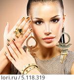 Купить «Красивая женщина с золотым маникюром и бижутерией», фото № 5118319, снято 29 января 2013 г. (c) Валуа Виталий / Фотобанк Лори