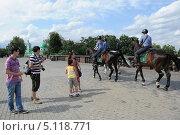 Купить «Полицейские кавалеристы патрулируют парковую зону столицы», фото № 5118771, снято 19 июля 2013 г. (c) Free Wind / Фотобанк Лори