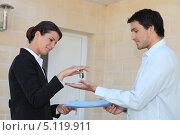 Купить «Девушка вручает новому владельцу ключи от квартиры», фото № 5119911, снято 27 апреля 2010 г. (c) Phovoir Images / Фотобанк Лори