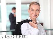 Купить «Привлекательная деловая женщина с пиджаком через плечо», фото № 5119951, снято 19 мая 2010 г. (c) Phovoir Images / Фотобанк Лори