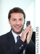 Купить «Радостный бизнесмен прикрыл трубку телефона рукой», фото № 5119955, снято 19 мая 2010 г. (c) Phovoir Images / Фотобанк Лори