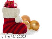 Рождественский сапожок с подарками, изолированно на белом. Стоковое фото, фотограф Ковалев Василий / Фотобанк Лори