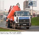 Купить «Вакуумная илососная машина КО-530 на базе МАЗ в работе», эксклюзивное фото № 5121691, снято 14 октября 2012 г. (c) Алёшина Оксана / Фотобанк Лори