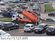Купить «Вакуумная илососная машина КО-530 на базе МАЗ в городе», эксклюзивное фото № 5121695, снято 14 октября 2012 г. (c) Алёшина Оксана / Фотобанк Лори