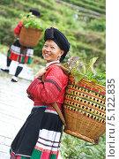 Купить «Улыбающаяся женщина, представительница народности Яо», фото № 5122835, снято 1 мая 2013 г. (c) Дмитрий Калиновский / Фотобанк Лори