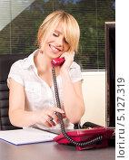 Купить «Привлекательная деловая женщина в офисе разговаривает по телефону с улыбкой на губах», фото № 5127319, снято 28 июня 2009 г. (c) Syda Productions / Фотобанк Лори