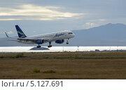 Купить «Boeing 757-200, приземляющийся на полосу аэропорта Анадырь, на фоне лимана и горы Дионисия», фото № 5127691, снято 3 сентября 2013 г. (c) Максим Деминов / Фотобанк Лори
