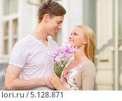 Купить «Молодой человек пришел на свидание с девушкой с букетом цветов», фото № 5128871, снято 6 сентября 2013 г. (c) Syda Productions / Фотобанк Лори