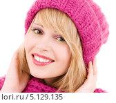 Купить «Счастливая юная девушка в розовой вязаной шапке», фото № 5129135, снято 7 марта 2009 г. (c) Syda Productions / Фотобанк Лори