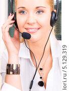 Купить «Привлекательная телефонная операционистка отвечает на звонок в офисе колл центра», фото № 5129319, снято 6 июня 2009 г. (c) Syda Productions / Фотобанк Лори