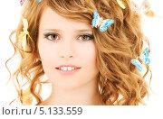 Очаровательная девушка с бабочками в прическе. Стоковое фото, фотограф Syda Productions / Фотобанк Лори