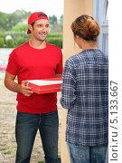 Купить «Разносчик пиццы доставил заказ женщине», фото № 5133667, снято 9 сентября 2010 г. (c) Phovoir Images / Фотобанк Лори