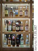 Бутылки с импортным алкоголем на витрине (2013 год). Редакционное фото, фотограф Сайганов Александр / Фотобанк Лори