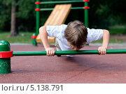 Мальчик отжимается. Стоковое фото, фотограф Римма Зайцева / Фотобанк Лори