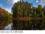 Рыбак в лодке на озере в осеннем лесу. Стоковое фото, фотограф Владимир Мельников / Фотобанк Лори