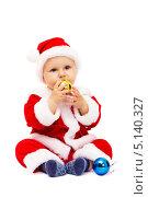 Маленький Санта Клаус с елочными игрушками на белом фоне. Стоковое фото, фотограф Rumo / Фотобанк Лори