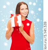 Купить «Счастливая девушка с подарком на Новый год», фото № 5141539, снято 15 августа 2013 г. (c) Syda Productions / Фотобанк Лори