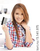 Купить «Красивая девушка сидит перед ноутбуком с банковской картой в руках», фото № 5141975, снято 13 ноября 2011 г. (c) Syda Productions / Фотобанк Лори