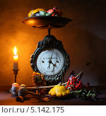 Натюрморт.Старинные весы со свечой и овощами. Стоковое фото, фотограф Сергей Белов / Фотобанк Лори