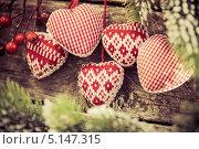 Купить «Новогодние украшения на деревянном столе», фото № 5147315, снято 4 декабря 2012 г. (c) yarruta / Фотобанк Лори