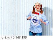 Купить «студентка показывает изображение замка на майке», фото № 5148199, снято 15 марта 2013 г. (c) Sergey Nivens / Фотобанк Лори