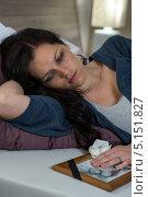 Грустная женщина лежит на кровати с фотографией мертвого мужа. Стоковое фото, фотограф CandyBox Images / Фотобанк Лори