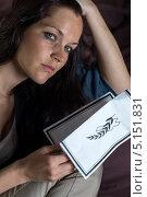 Несчастная девушка с некрологом. Стоковое фото, фотограф CandyBox Images / Фотобанк Лори