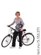 Купить «Немолодая женщина с велосипедом изолированно», фото № 5153371, снято 13 апреля 2010 г. (c) Phovoir Images / Фотобанк Лори