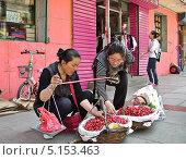 Купить «Мелкая торговля на улицах Китая», фото № 5153463, снято 28 мая 2011 г. (c) Корнилова Светлана / Фотобанк Лори
