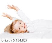Купить «Маленькая девочка лежит на белом фоне», фото № 5154827, снято 13 декабря 2009 г. (c) Станислав Фридкин / Фотобанк Лори