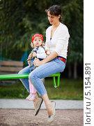 Купить «Мама с дочкой на качелях», фото № 5154891, снято 5 сентября 2009 г. (c) Станислав Фридкин / Фотобанк Лори