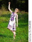 Купить «Босая счастливая женщина стоит на одной ноге в летний день», фото № 5154899, снято 3 сентября 2009 г. (c) Станислав Фридкин / Фотобанк Лори