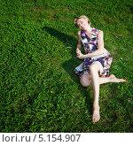 Купить «Счастливая босая молодая женщина лежит на зеленой траве в солнечный день», фото № 5154907, снято 3 сентября 2009 г. (c) Станислав Фридкин / Фотобанк Лори