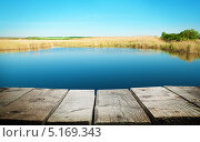 Деревянный пирс с видом на озеро с голубой водой. Стоковое фото, фотограф Алексей Лукин / Фотобанк Лори