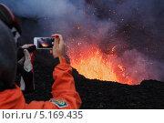 Купить «Турист фотографирует на телефон извержение вулкана Плоский Толбачик на Камчатке», фото № 5169435, снято 27 июля 2013 г. (c) А. А. Пирагис / Фотобанк Лори