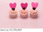 три пирожных ко дню св. Валентина. Стоковое фото, агентство Wavebreak Media / Фотобанк Лори
